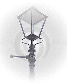 Victorianlampan postar i dimma Royaltyfri Bild