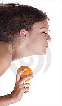 La Mujer Con Una Fruta Anaranjada Imagen de archivo libre de regalías - Imagen: 18342216