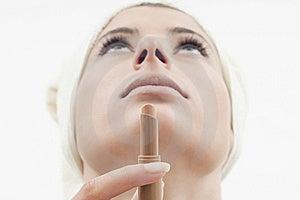 губная помада девушки Стоковые Фотографии RF - изображение: 18987048