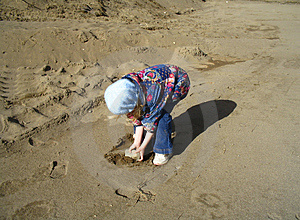 在海滩的一个岩石 库存照片