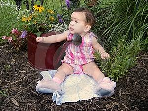 Dziecko w ogródzie Fotografia Royalty Free