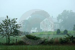 Misty Barn Royalty Free Stock Images