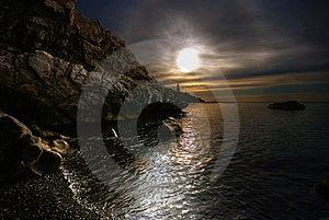 заволакивает солнце камней моря Стоковые Фото - изображение: 19139133