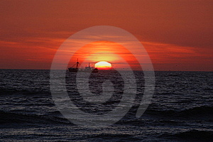 A boat during sun dawn Royalty Free Stock Images