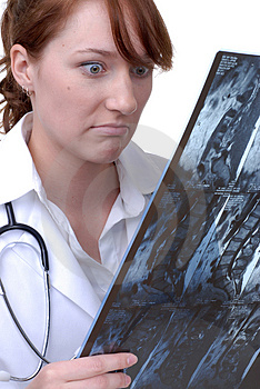 Female Doctor Reading an X-Ray Royalty Free Stock Photos