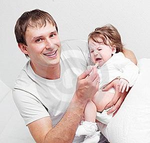 Descendant Alimentant De Père Image stock - Image: 19253811