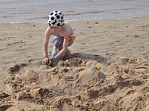 Boy Playing On Beach, Making Sand Castle Immagini Stock