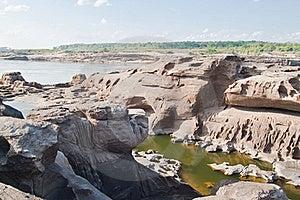 惊人的岩石 免版税库存照片 - 图片: 19606505