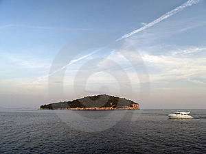Island And Boat Royalty Free Stock Images - Image: 19871579