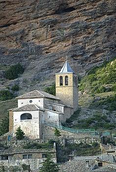 De Kerk van San Martin, Riglos, Spanje Stock Afbeeldingen