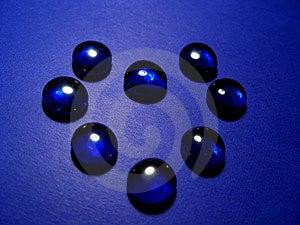 Verre bleu dans la forme d'un coeur Photo libre de droits