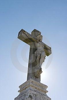 耶稣雕象交叉的 免版税库存图片