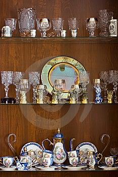 Schotels Op Planken Royalty-vrije Stock Afbeelding - Afbeelding: 20009406
