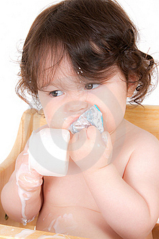 младенец наслаждается югуртом Стоковые Фотографии RF - изображение: 20124298