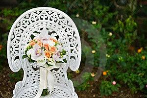 Ramalhete Da Flor Do Casamento Em Uma Cadeira De Jardim Branca Imagem de Stock - Imagem: 20389041