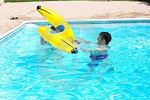 Couple In Swimming Pool Royalty Free Stock Images - Image: 20439229