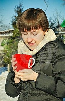 Junge Frau, Die Draußen Heißen Tee Trinkt Stockfoto - Bild: 20458260