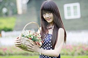Muchacha Atractiva Con Las Flores Fotografía de archivo libre de regalías - Imagen: 20468597