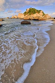 Roccia Della Spiaggia Del Mare Nell'ambito Di Illuminazione Di Tramonto Immagine Stock Libera da Diritti - Immagine: 20508466