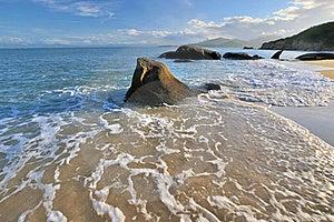 Espuma E Rocha Da água De Mar Na Iluminação Do Por Do Sol Imagem de Stock - Imagem: 20572971