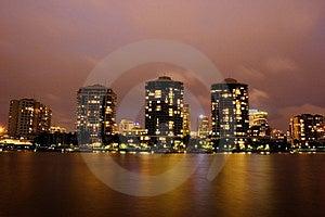 Moderno frente al río edificios en la noche.