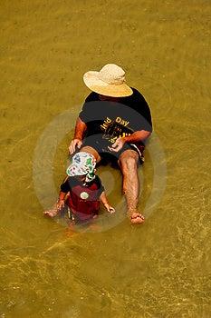 Ein Vater- und Sohntag am Strand Lizenzfreies Stockfoto