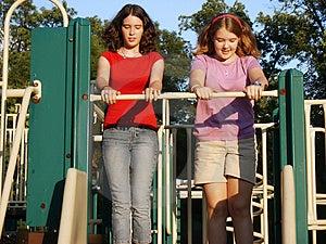 Adolescentes no campo de jogos Foto de Stock