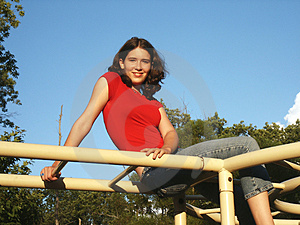 Ado sur des barres de singe Photo libre de droits