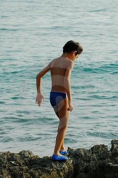 Enfant sur les roches Image stock