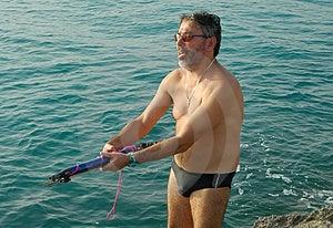 Homme tenant l'harpon de pêche Images libres de droits