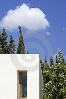 Nouveau, blanc bâtiment avec des arbres et ciel bleu Photographie stock libre de droits