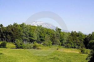 Die ätna-Landschaft ist eine eindrucksvolle Landschaft mit dem Vulkan ätna im hintergrund.