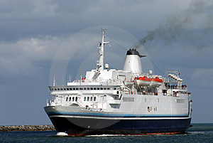 Steaming cruise ship Royalty Free Stock Photo