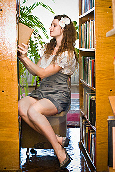 Young Woman In Library Royalty Free Stock Images - Image: 21390669