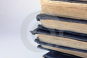 Stapel van tatty oude blauwe boeken Stock Afbeeldingen
