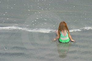 Liten flicka som leker på stranden Royaltyfri Foto