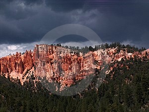 在红色峭壁的风暴 图库摄影