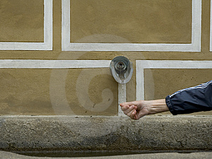 Рука под waterwater spout в Европе Стоковые Фотографии RF