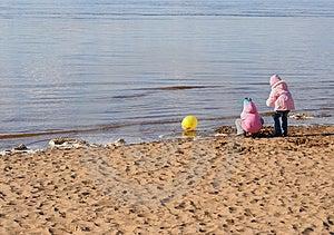 Twee Meisjes Spelen Op Het Strand Stock Foto's - Afbeelding: 2265433