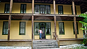 Frau Klopft Auf Tür Des Alten Historischen Hauses Stockbild - Bild: 22657391
