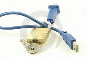 Candado y la llave con cables de ordenador.