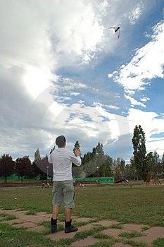 Garçon jouant avec le cerf-volant Images stock