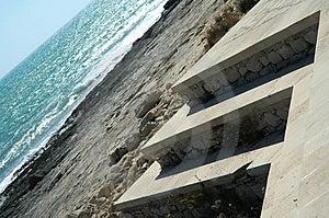 Abstrakt begrepp seglar utmed kusten Arkivbild