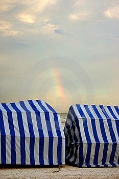 在椅子之间的彩虹 图库摄影