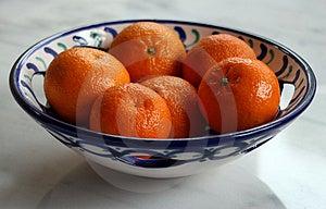 Apelsiner i keramisk maträtt Royaltyfria Foton