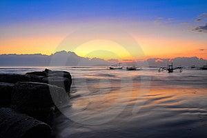 Ozeanküstesonnenaufgang Und Blury Boote Stockfotos - Bild: 23076213
