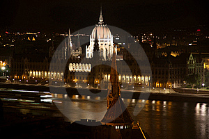 Parliament Building At Night In Budapest, Hungary Stock Images - Image: 23120384