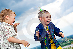 A Little Girl And Boy Play And Cheered Outdoors Royalty Free Stock Photos - Image: 23512198