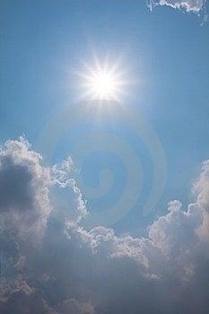 Cielo blu con le nuvole ed il sole Fotografie Stock