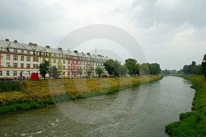 Häuser durch Fluss Stockfotos